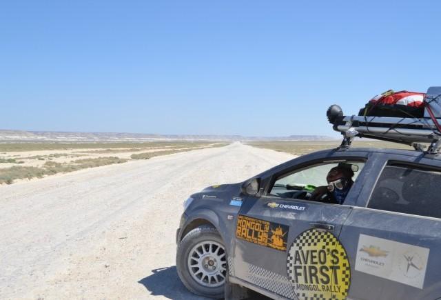 PRIMA echipă Chevrolet Aveo participantă la Raliul Mongoliei trece linia de sosire