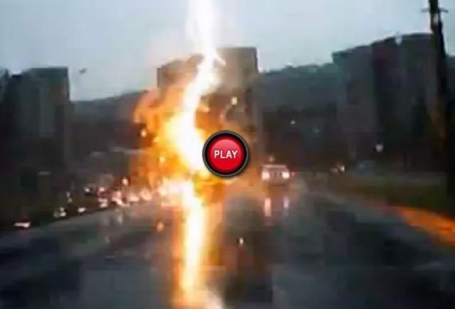 Intre timp in Rusia - O masina a fost lovita de fulger