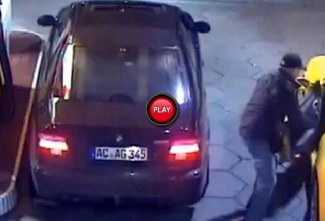 Pasagerul unui BMW M5 fura un Porsche 911 din fata unei benzinarii