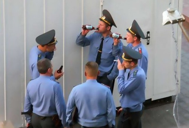 Intre timp in Rusia - Nu si-a lasat tractorul sa se scufunde