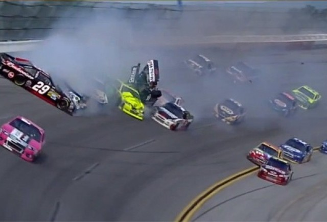 Mega accident in NASCAR (25 de masini implicate)