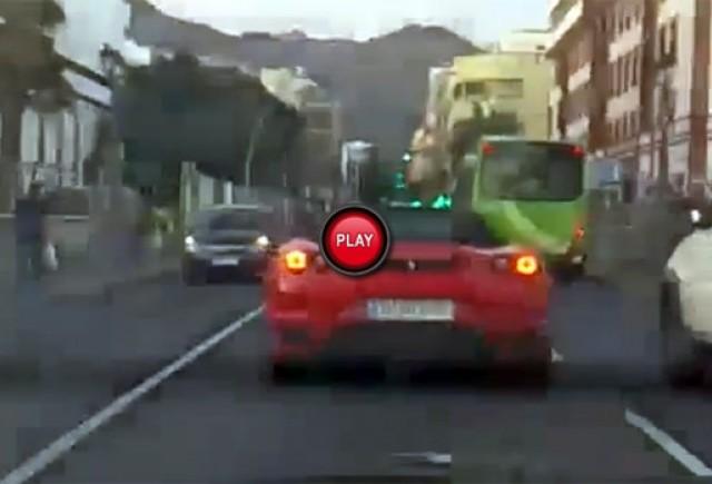 Cum reactioneaza o femeie atunci cand vede un Ferrari