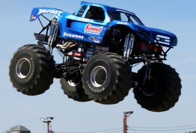 Cea mai lunga saritura in lungime cu un monster truck