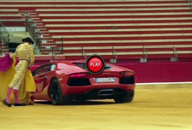 VIDEO: Lamborghini Aventador merge la corida