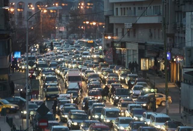 SONDAJ: Trei români din zece conduc o mașină, indiferent că este una personală sau de serviciu
