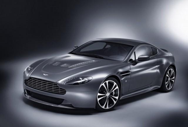 Aston isi prezinta cea mai recenta bestie!