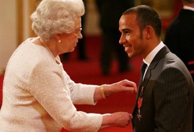 Lewis Hamilton a fost decorat de Regina Elisabeta