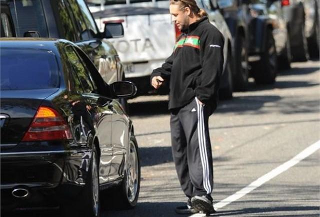 Vedete si masini: Russell Crowe face autostopul?