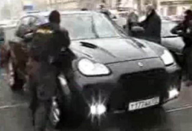 VIDEO: Trupele rusesti ataca un Porsche Cayenne