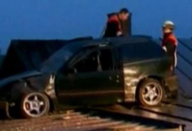 VIDEO: O masina aterizeaza pe o casa