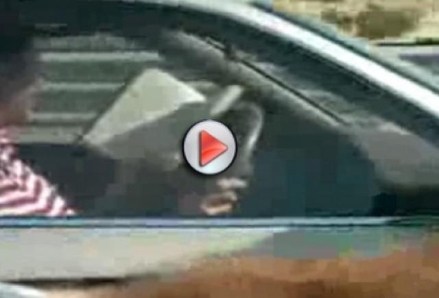 Video: Un om citeste o carte in timp ce conduce cu 120 km/h