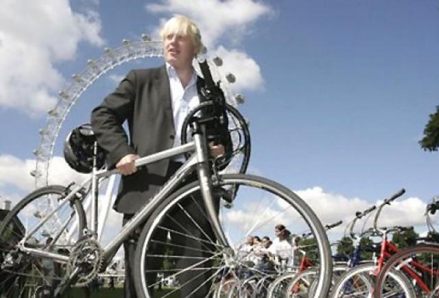 VIDEO: Primarul Londrei, aproape sa-si piarda viata pe bicicleta