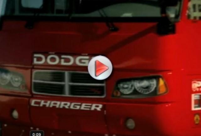 Reclame cu un autobuz Dodge de curse