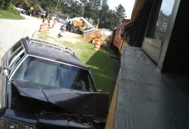 VIDEO: Accident stupid: o masina intra intr-un tren