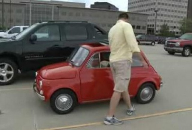 VIDEO: Un gigant conduce un Fiat 500 clasic