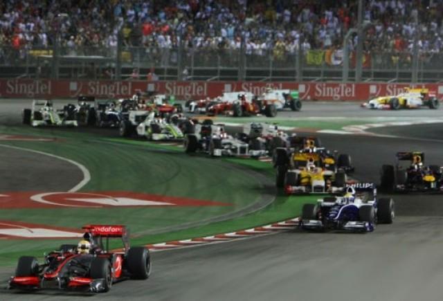 Hamilton a castigat la Singapore