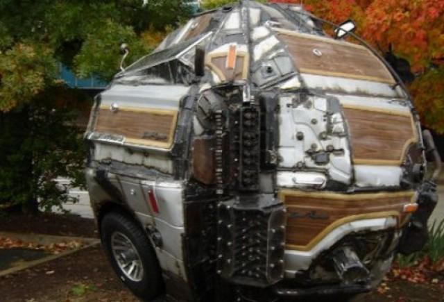 VIDEO: Cum transformi o masina intr-o bila gigant de metal