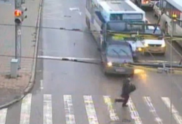 VIDEO: La o secunda de a fi calcat de autobuz