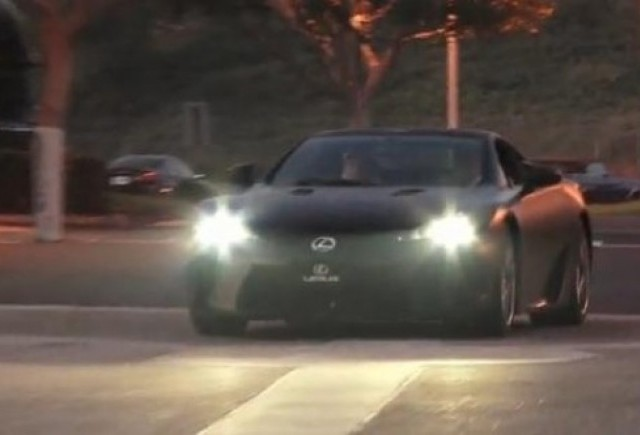 VIDEO: Lexus LF-A, surprins pe strada
