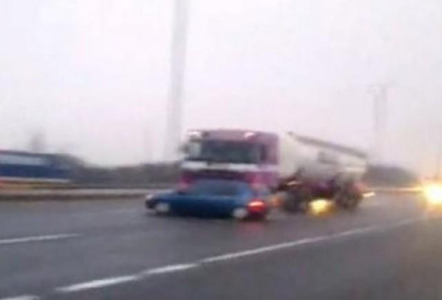 VIDEO: O masina este tarata pe autostrada de catre un tir