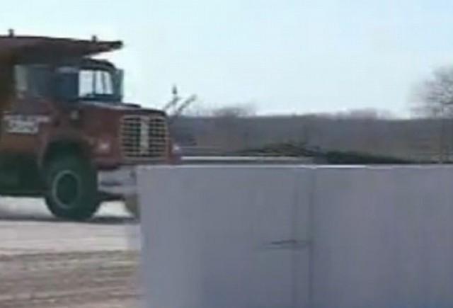 VIDEO: Cum sa opresti un camion de 30 tone