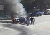 VIDEO: A  fost salvat dintr-o masina aflata in flacari28683