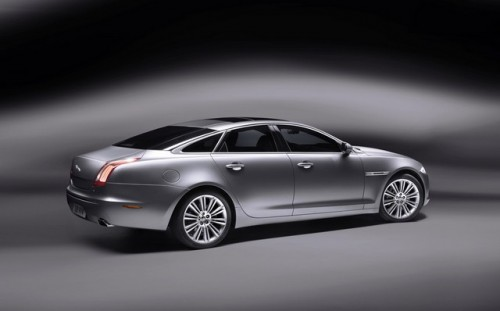 Jaguar este tinut pe loc de Ford28121