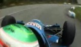 VIDEO: Un monopost alearga pe un drum in catarare27770