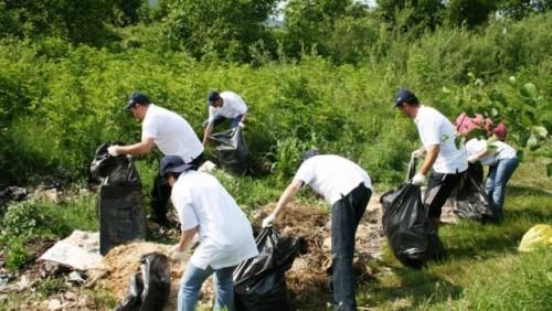 Dacia a organizat o actiune de ecologizare pe Raul Targului25935