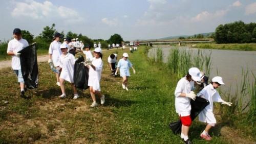 Dacia a organizat o actiune de ecologizare pe Raul Targului25937