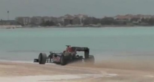 VIDEO: Red Bull aduce Formula 1 pe plaja25474