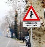 Semn de circulatie care anunta prezenta prostituatelor pe strada23166