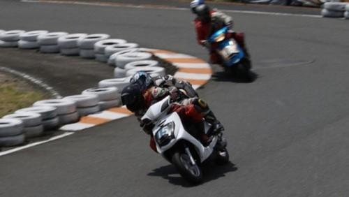 VIDEO: Competitie neobisnuita cu scutere22462