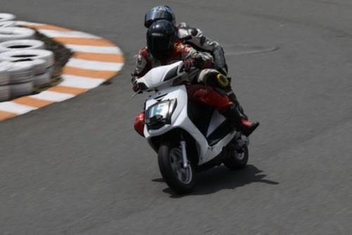 VIDEO: Competitie neobisnuita cu scutere22463