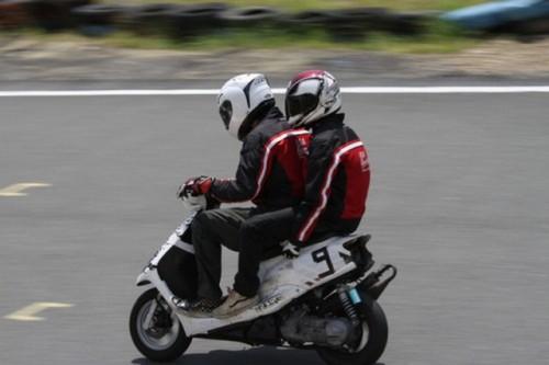 VIDEO: Competitie neobisnuita cu scutere22468