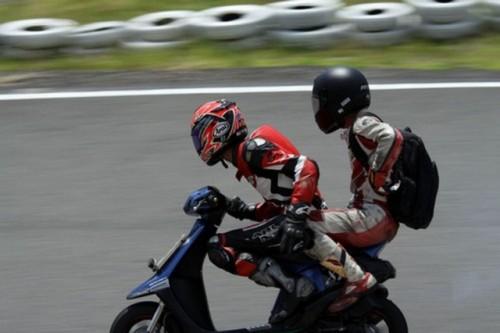 VIDEO: Competitie neobisnuita cu scutere22469