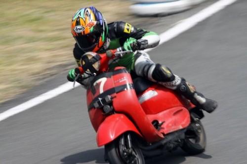 VIDEO: Competitie neobisnuita cu scutere22473