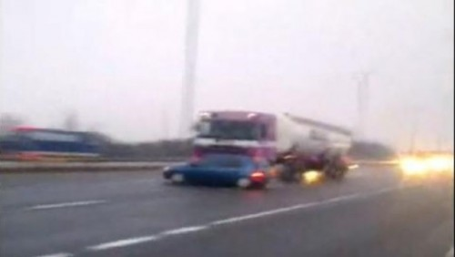 VIDEO: O masina este tarata pe autostrada de catre un tir22157