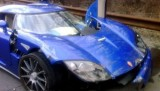 Un dealer Koenigsegg a lovit modelul din showroom16508