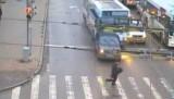 VIDEO: La o secunda de a fi calcat de autobuz16480
