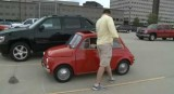 VIDEO: Un gigant conduce un Fiat 500 clasic15466