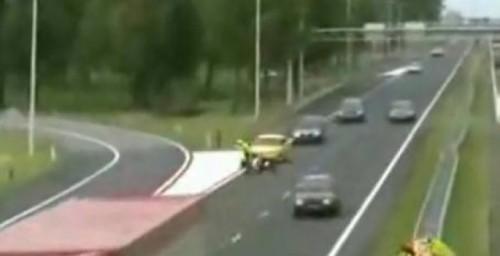 VIDEO: Un politist este calcat de o masina in timp ce dirija traficul14265