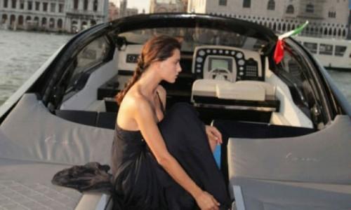 Fotomodelul roman Catrinel este imaginea Lancia14246
