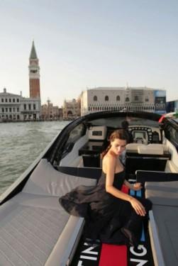 Fotomodelul roman Catrinel este imaginea Lancia14258
