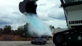 VIDEO: Un excavator urias varsa 43 de tone de apa pe o masina13496