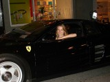 Ferrari Testarossa, atractie pentru femei13041
