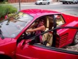 Ferrari Testarossa, atractie pentru femei13043