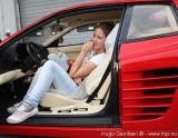 Ferrari Testarossa, atractie pentru femei13050