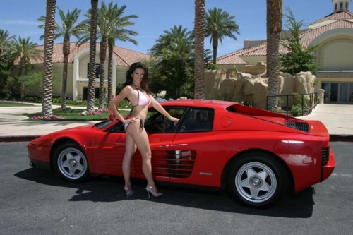 Ferrari Testarossa, atractie pentru femei13061