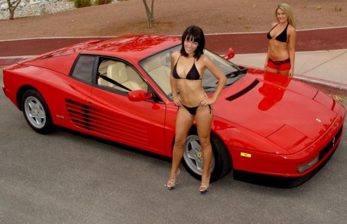 Ferrari Testarossa, atractie pentru femei13065